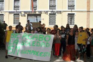 Miembros del 15-M protestan frente al CIE. | C. Díaz